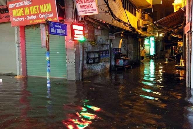 """HN: Mưa lớn kéo dài, dân phố cổ lội """"sông"""" về nhà - 2"""