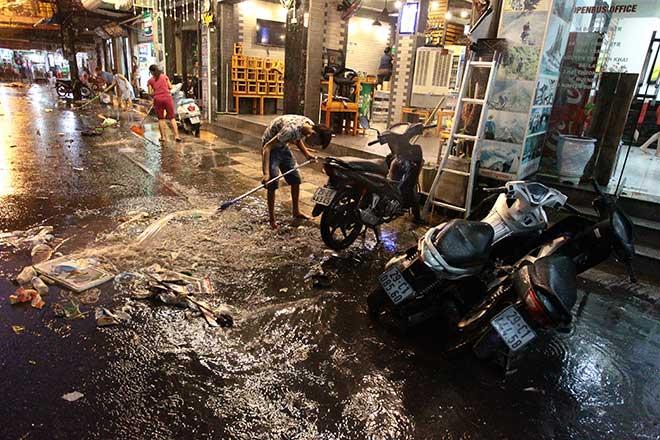 """HN: Mưa lớn kéo dài, dân phố cổ lội """"sông"""" về nhà - 9"""