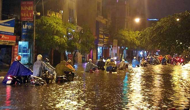 """HN: Mưa lớn kéo dài, dân phố cổ lội """"sông"""" về nhà - 7"""