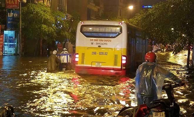 """HN: Mưa lớn kéo dài, dân phố cổ lội """"sông"""" về nhà - 8"""