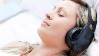 Thói quen đeo tai nghe khi ngủ gây hại cho sức khỏe thế nào?