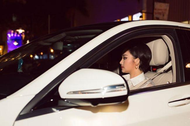Năm 2016, sau thành công của hàng loạt các dự án điện ảnh, đặc biệt là phim Em là bà nội của anh, Miu Lê đã tự thưởng cho mình một chiếc ô tô với giá gần 4 tỷ đồng