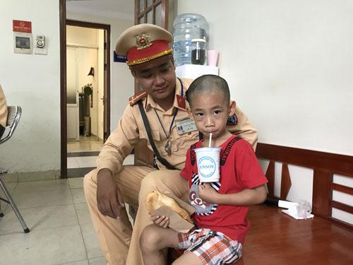 CSGT Hà Nội giúp bé trai 5 tuổi bị lạc về với gia đình - 1
