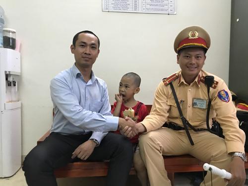 CSGT Hà Nội giúp bé trai 5 tuổi bị lạc về với gia đình - 2