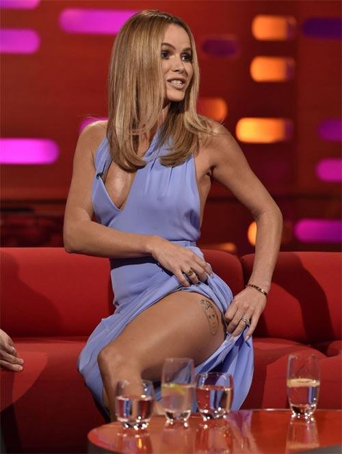 Bị ném đá mỏi tay vì mặc váy khoét đến rốn trên truyền hình - 7