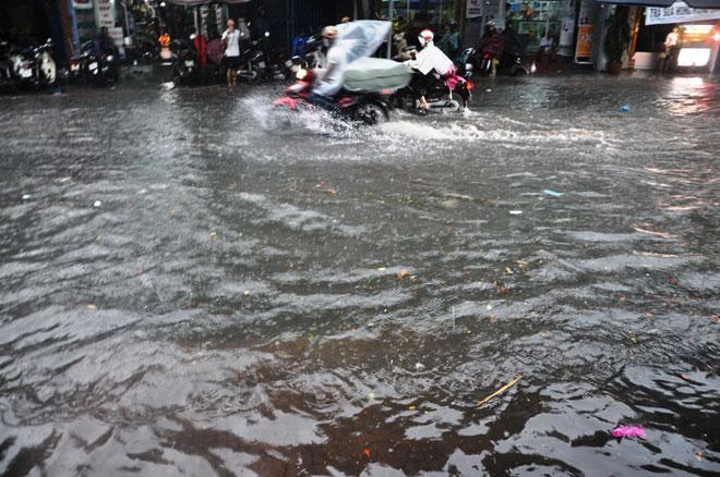 """Sài Gòn mưa 15 phút, nhiều tuyến phố thành """"sông"""" - 1"""