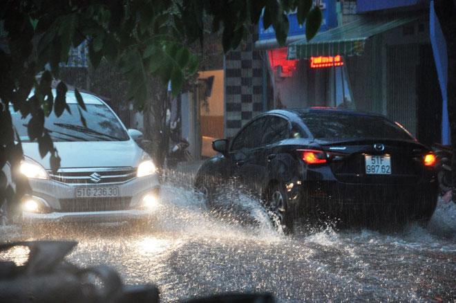 """Sài Gòn mưa 15 phút, nhiều tuyến phố thành """"sông"""" - 2"""
