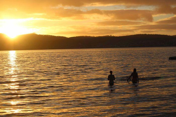 Úc: Tổ chức bơi khỏa thân, không ngờ nghìn người ùn ùn đến - 3
