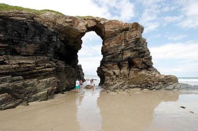 Đã mắt ngắm 10 bãi biển sát vách núi đẹp nhất thế giới - 7