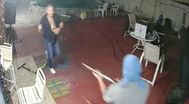 """Mỹ: Cướp cầm súng vào nhà, chủ vác mã tấu đuổi """"mất dép"""" - 1"""