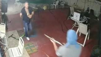 """Mỹ: Cướp cầm súng vào nhà, chủ vác mã tấu đuổi """"mất dép"""""""