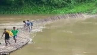 Ấn Độ: Lũ cuốn đứt đôi cầu khi học sinh đang vượt sông