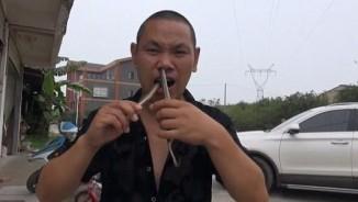 Dị nhân kéo rắn độc từ mũi xuống miệng