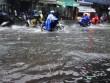 """Sài Gòn mưa 15 phút, nhiều tuyến phố thành """"sông"""""""