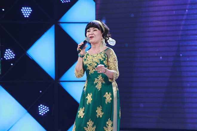 Cẩm Ly ngưỡng mộ cô giáo về hưu hát cho bệnh nhân ung thư - 1