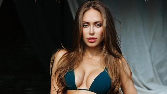 Chỉ 16s, Angelina Jolie nước Nga đốn tim hàng vạn anh em