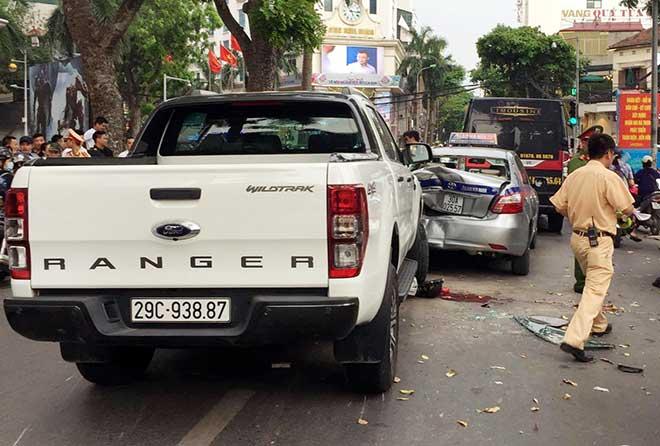HN: Ô tô bán tải mất lái, tông hàng loạt phương tiện dừng chờ đèn đỏ - 1