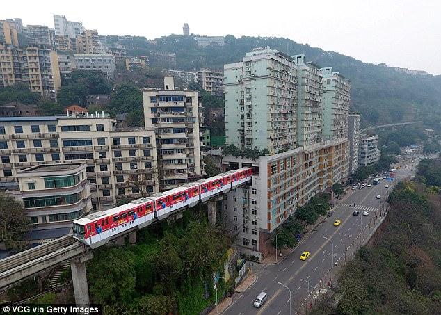 Kỳ lạ đường cho ô tô xây trên nóc nhà ở Trung Quốc - 2