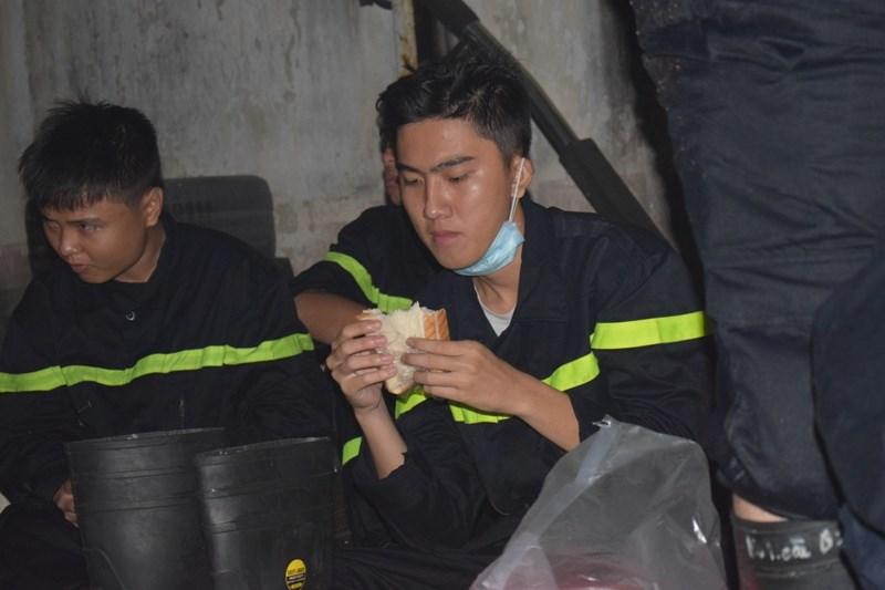 """Chữa cháy trong cảng Sài Gòn: """"Mai em thi Hóa, Lý"""" - 3"""