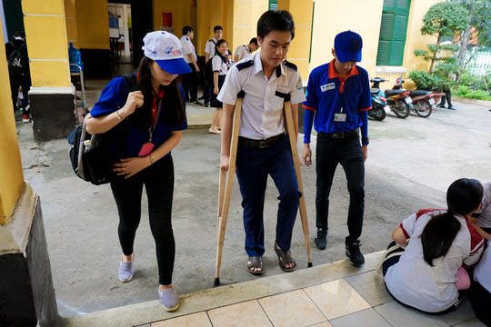 Hai thí sinh bị tai nạn nhưng vẫn quyết tâm thi THPT Quốc gia - 3