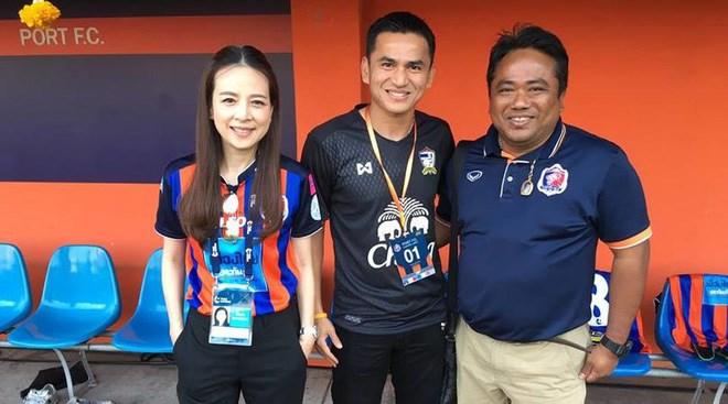 Kiatisak hợp tác với bà trưởng đoàn đội nữ Thái Lan - 3