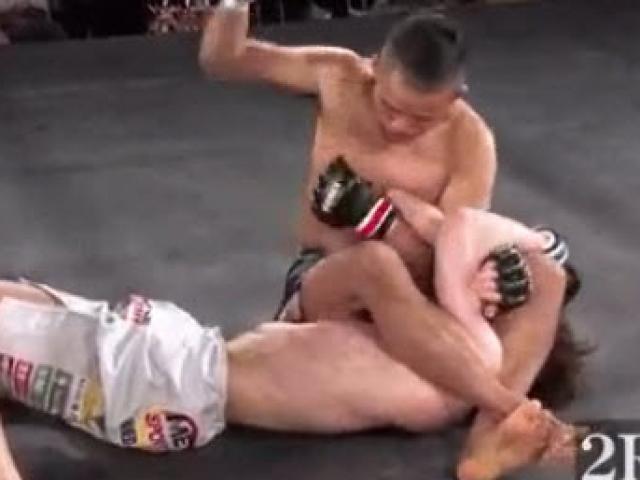 """Choáng MMA: """"Thứ dữ"""" truy sát đối thủ, hạ cả trọng tài - 2"""