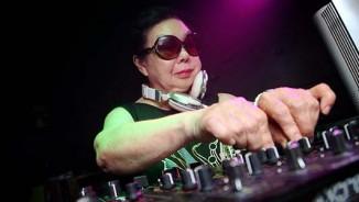 Cụ bà 82 tuổi vẫn chơi DJ tuyệt đỉnh trong quán bar
