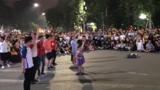 """Bé gái nhảy cực chất trên phố đi bộ Hà Nội """"gây bão"""""""