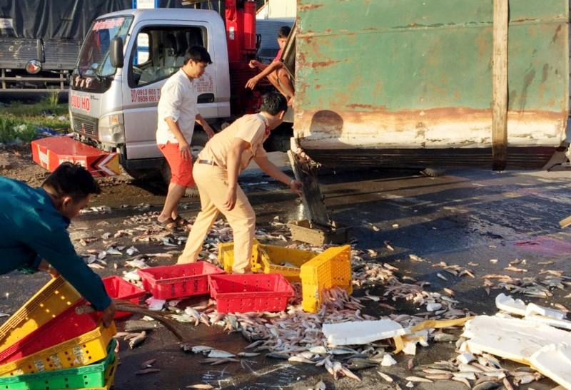 CSGT quận 12 cùng người dân thu gom cá giúp chủ xe gặp nạn - 4
