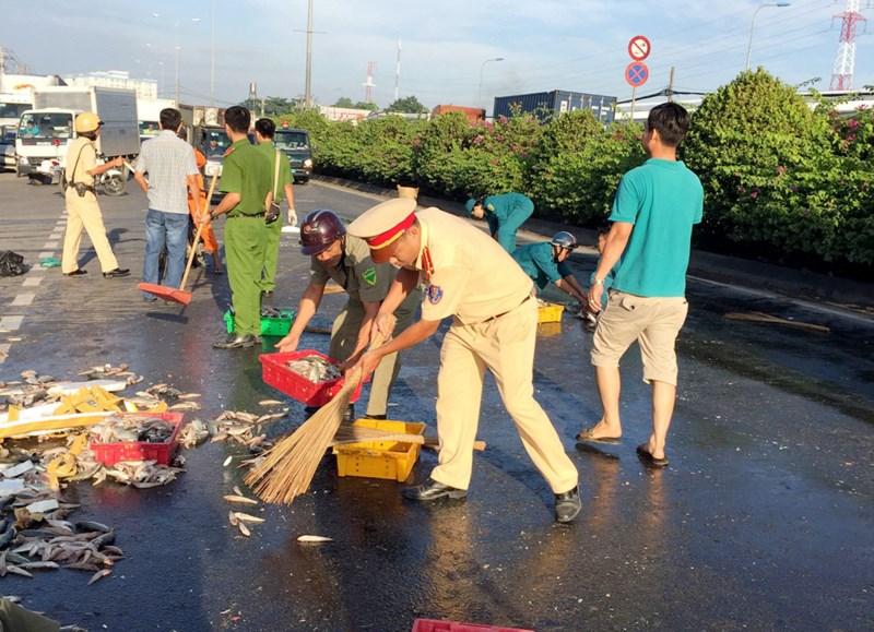 CSGT quận 12 cùng người dân thu gom cá giúp chủ xe gặp nạn - 5