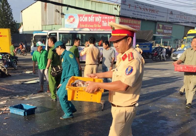 CSGT quận 12 cùng người dân thu gom cá giúp chủ xe gặp nạn - 6