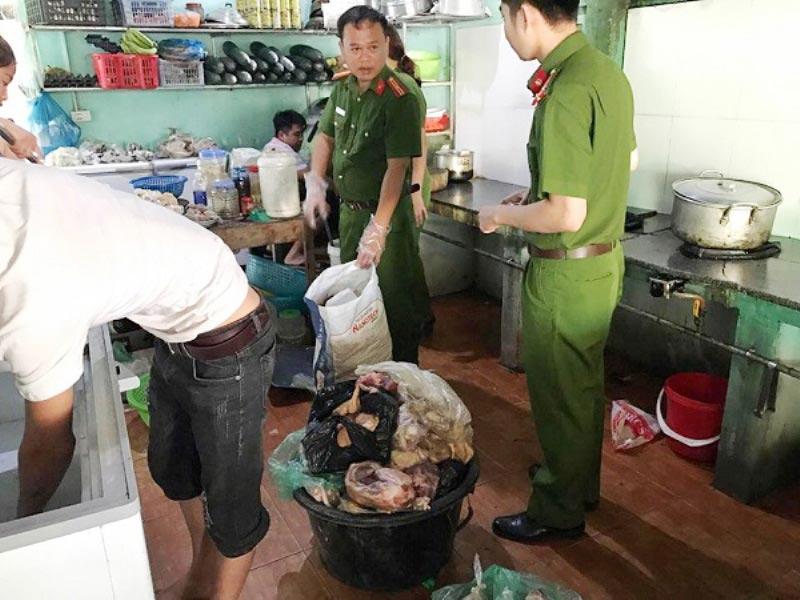 """Hà Tĩnh: Phát hiện nhiều nhà hàng lớn sử dụng thịt """"bẩn"""" để chế biến - 1"""