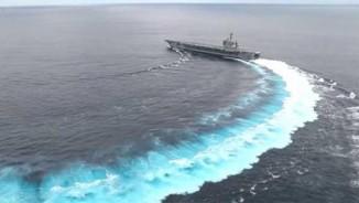 Video: Cú rẽ ngoặt đột ngột của tàu sân bay 100.000 tấn Mỹ