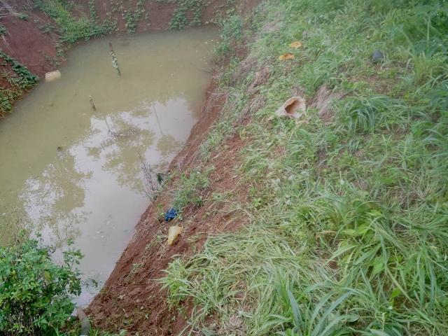Ba em nhỏ chết đuối thương tâm trong ao nước