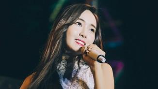 Fan dầm mưa hàng giờ đồng hồ để nghe Jessica cầm micro 1,3 tỷ hát 15 phút