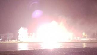 Clip: Cột điện bốc cháy ngùn ngụt, nổ như pháo hoa trong mưa
