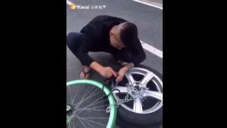 """Clip: Thanh niên """"nhờ"""" ô tô trông xe đạp và cái kết"""