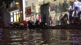 Hà Nội mưa xối xả, đường Cầu Giấy hóa thành 'sông'