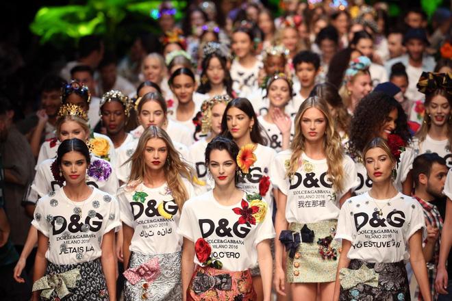 Đông Nhi, Minh Hằng chơi trội chi 28 triệu mua chiếc áo thun hoa hòe - 1