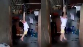 Lộ diện người cột tay bé gái, treo lơ lửng trên xà nhà gây phẫn nộ