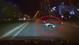 Clip: 3 thanh niên đi xe máy nhận cái kết bất ngờ sau cú tạt đầu ô tô