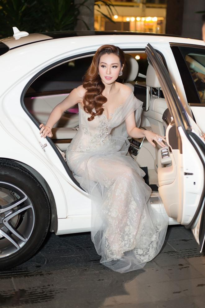 Khánh My xuyên thấu mong manh, đọ sắc với Hoa hậu Hoàn vũ - 1