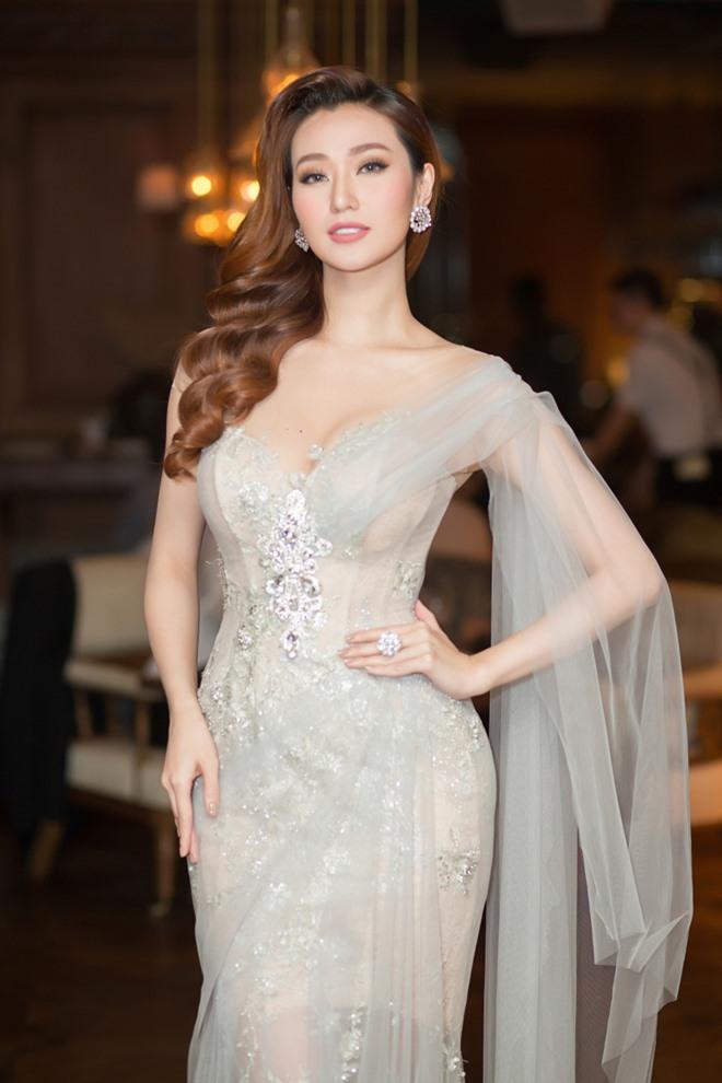 Khánh My xuyên thấu mong manh, đọ sắc với Hoa hậu Hoàn vũ - 7