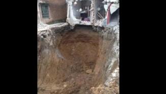 TQ: Hố tử thần nuốt vợ, đào sâu 15m vẫn không thấy