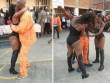 Thuê vũ nữ thoát y biểu diễn, nhảy cùng tù nhân Nam Phi