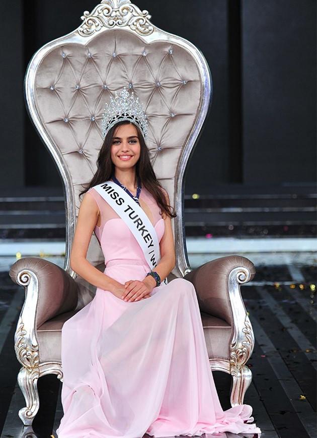 Bất ngờ vì cô bồ hoa hậu giống hệt Irina Shayk của Mesut Ozil - 1