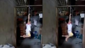 Bé gái Việt 5 tuổi bị treo xà nhà lên báo nước ngoài