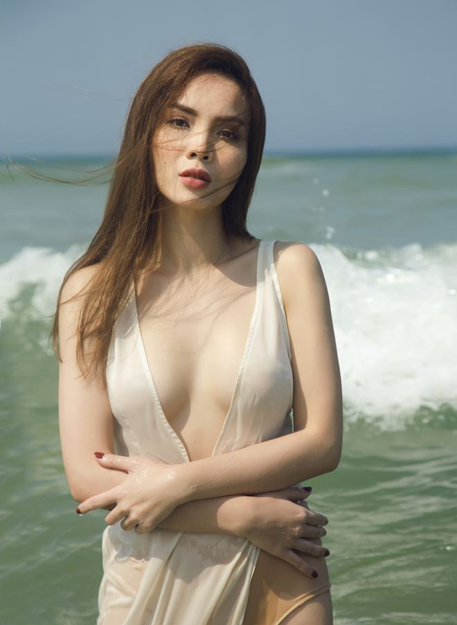 """Yến Trang bất ngờ """"thả rông"""" hững hờ với áo tắm - 2"""