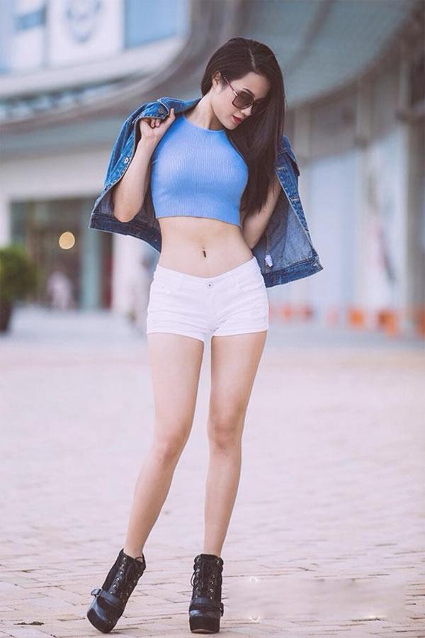 Diệp Lâm Anh mặc quần 5cm ngắn cũn cỡn trên phố - 10