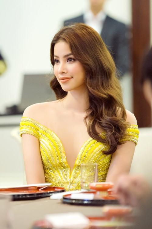 Phạm Hương nửa kín nửa hở với váy xẻ ngực sâu hun hút - 3